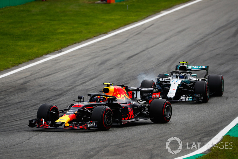 Max Verstappen, Red Bull Racing RB14, y Valtteri Bottas, Mercedes AMG F1 W09