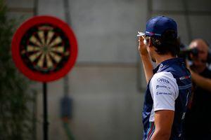 Lance Stroll, Williams Racing, gioca a freccette
