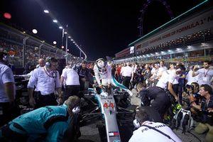 Lewis Hamilton, Mercedes AMG F1 W09 EQ Power+, arriva in griglia di partenza