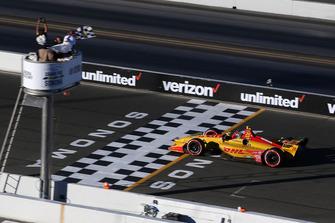 Ryan Hunter-Reay, Andretti Autosport Honda, prende la bandiera a scacchi