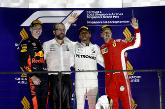 Max Verstappen, Red Bull Racing, 2e plaats, de Mercedes Constructors Trophy-afgevaardigde, Lewis Hamilton, Mercedes AMG F1, 1e plaats, en Sebastian Vettel, Ferrari, 3e plaats, op het podium