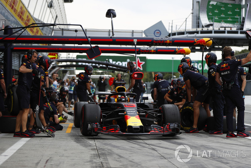 Daniel Ricciardo, Red Bull Racing RB14, in the pits during practice