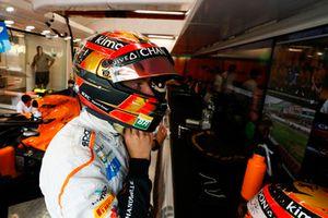 Stoffel Vandoorne, McLaren MCL33, zet zijn helm op