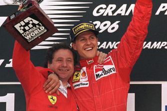 Podio: el ganador Michael Shumacher, Ferrari con Jean Todt, Ferrari