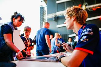 Brendon Hartley, Scuderia Toro Rosso, signe des autographes