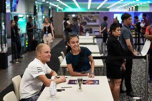 Valtteri Bottas, Mercedes AMG F1, signe des autographes et pose pour des photos avec des fans