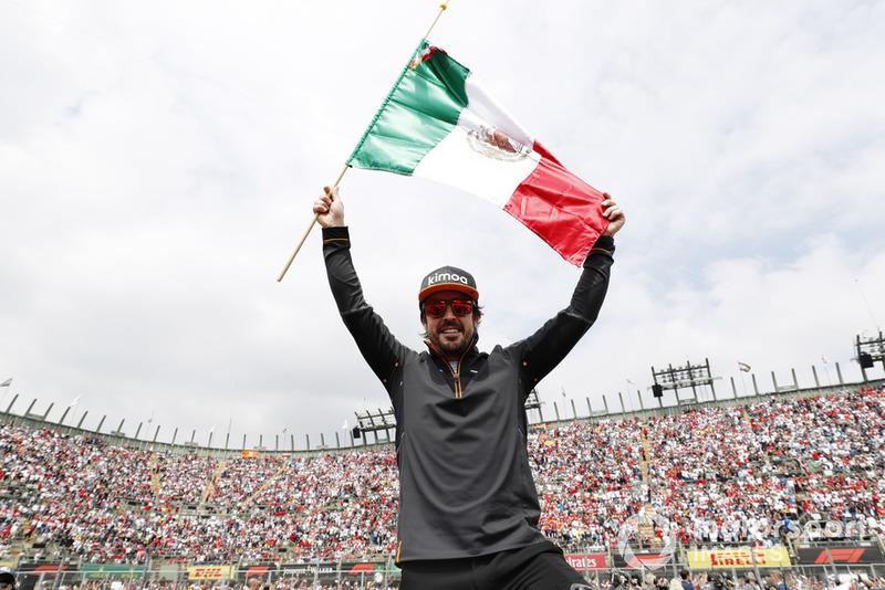 Fernando Alonso, McLaren, celebra con una bandera mexicana antes de la carrera