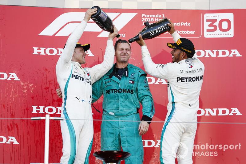 El ganador: Lewis Hamilton, Mercedes AMG F1 y Valtteri Bottas, Mercedes AMG F1