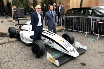 Jacques Villeneuve aux côtés de la F4 Mygale de Feed Racing France