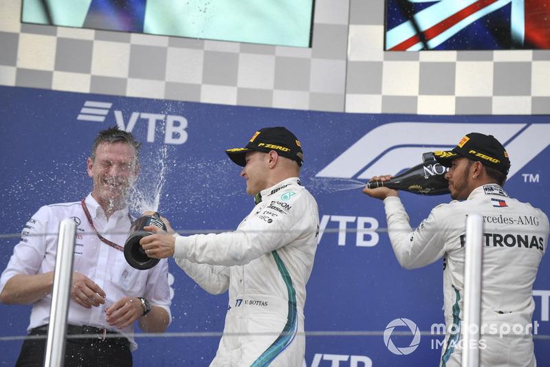 Podio: James Allison, Director Técnico de Mercedes AMG F1, Valtteri Bottas, Mercedes AMG F1 y Lewis Hamilton, Mercedes AMG F1 celebran con el champáña
