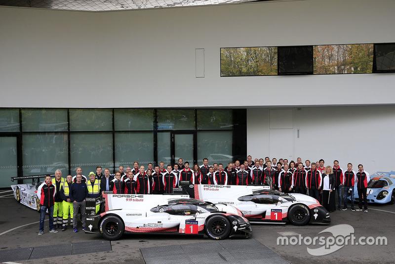 Foto di gruppo del team Porsche con la Porsche 919 Hybrid Evo