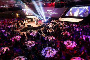 Martin Brundle remet un Gregor Grant Award sur scène