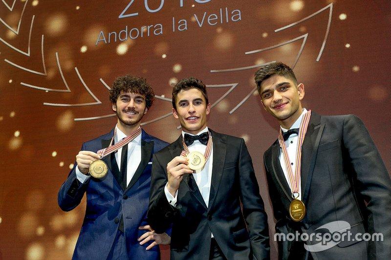 Marc Márquez, campeón de MotoGP, flanqueado por Pecco Bagnaia, campeón de Moto2, y Jorge Martín, campeón de Moto3.