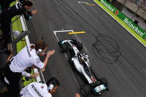 Le vainqueur Lewis Hamilton, Mercedes-AMG F1 W09 franchit la ligne d'arrivée