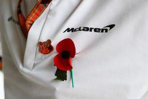 Un coquelicot sur un membre de l'équipe McLaren