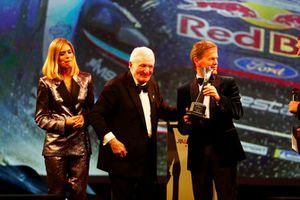 Paddy Hopkirk y Malcolm Wilson con el Premio al Auto del Año de Rally