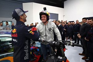 Daniel Ricciardo, Red Bull Racing shakes hands with Dougie Lampkin