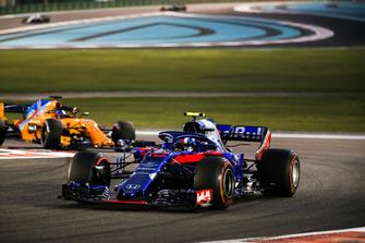 Pierre Gasly, Scuderia Toro Rosso STR13, leads Fernando Alonso, McLaren MCL33