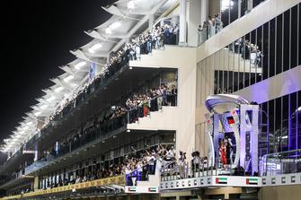 Sebastian Vettel, Ferrari, Bradley Lord, hoofd communicatie Mercedes AMG, Lewis Hamilton, Mercedes AMG F1, en Max Verstappen, Red Bull Racing, op het podium