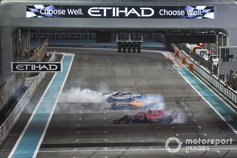 Lewis Hamilton, Mercedes-AMG F1 W09, Sebastian Vettel, Ferrari SF71H y Fernando Alonso, McLaren MCL33 hacen donuts al final de la carrera