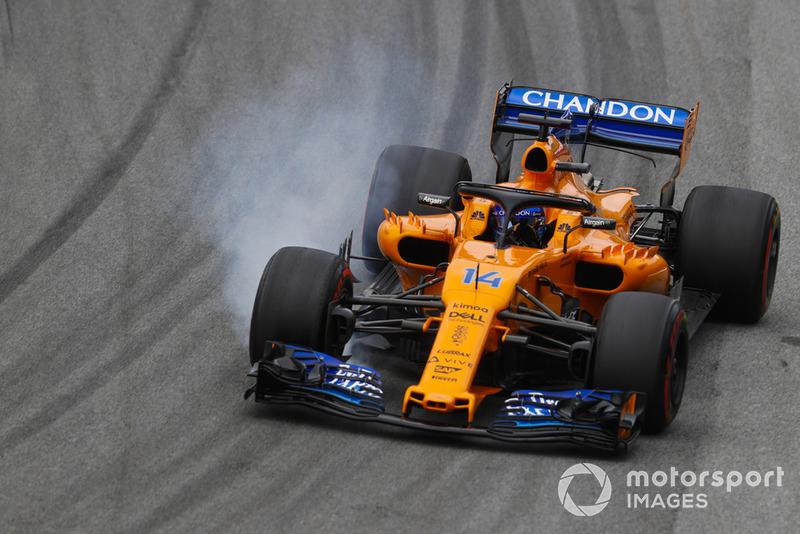 Fernando Alonso, McLaren MCL33, bloquea una rueda delantera.