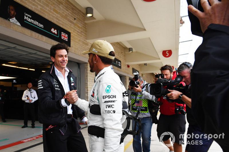 Lewis Hamilton, Mercedes AMG F1 y Toto Wolff, Mercedes AMG F1 Director de Motorsport celebran la Pole Position
