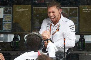 Le muret des stands fête la pole position de Lewis Hamilton, Mercedes AMG F1 W09