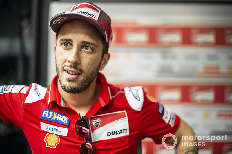 A nova guerra de declarações entre Jorge Lorenzo e Andrea Dovizioso foi iniciada com os comentários do italiano à Sky após a classificação em Sepang no sábado, quando perguntaram o que ele achava de Lorenzo ter que deixar o fim de semana em Sepang com uma contusão.