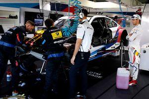 Marco Wittmann, BMW Team RMG, BMW M4 DTM in de garage