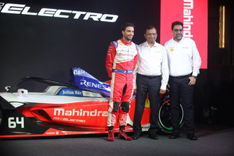 Jerome d'Ambrosio, Mahindra con el Dr. Pawan Goenka, Presidente, Mahindra y Dilbagh Gill, Director del equipo, Mahindra