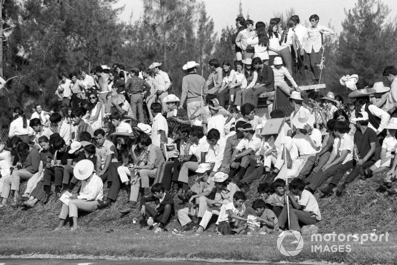 En el GP de 1970, último de la primera etapa. Fue tanto el interés de los mexicanos por disfrutar de la Fórmula 1 ese fin de semana, que hubo un sobrecupo de aproximadamente 80 mil fanáticos, los cuales se colocaron a escasos metros de la pista poniendo su vida en riesgo y la de los pilotos.