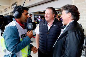 El presentador de televisión Karun Chandhok habla con Zak Brown, el Director Ejecutivo, McLaren Racing y Michael Andretti.