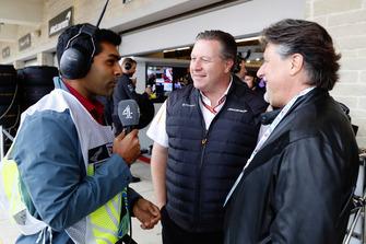 Karun Chandhok parle avec Zak Brown, directeur exécutif, McLaren Racing, et Michael Andretti.