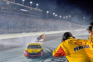 Joey Logano, Team Penske, Ford Fusion Shell Pennzoil celebrates
