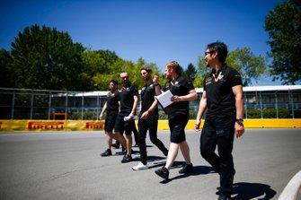 Romain Grosjean, Haas F1 camina en la pista