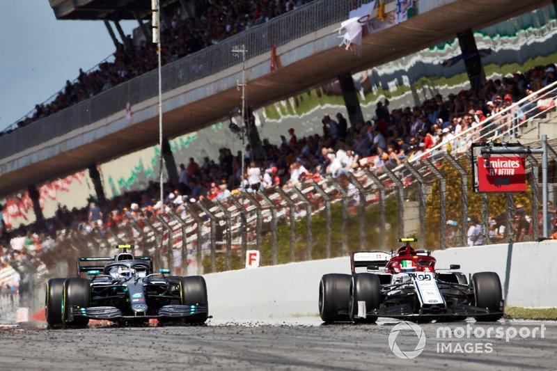 Antonio Giovinazzi, Alfa Romeo Racing C38, devant Valtteri Bottas, Mercedes AMG W10