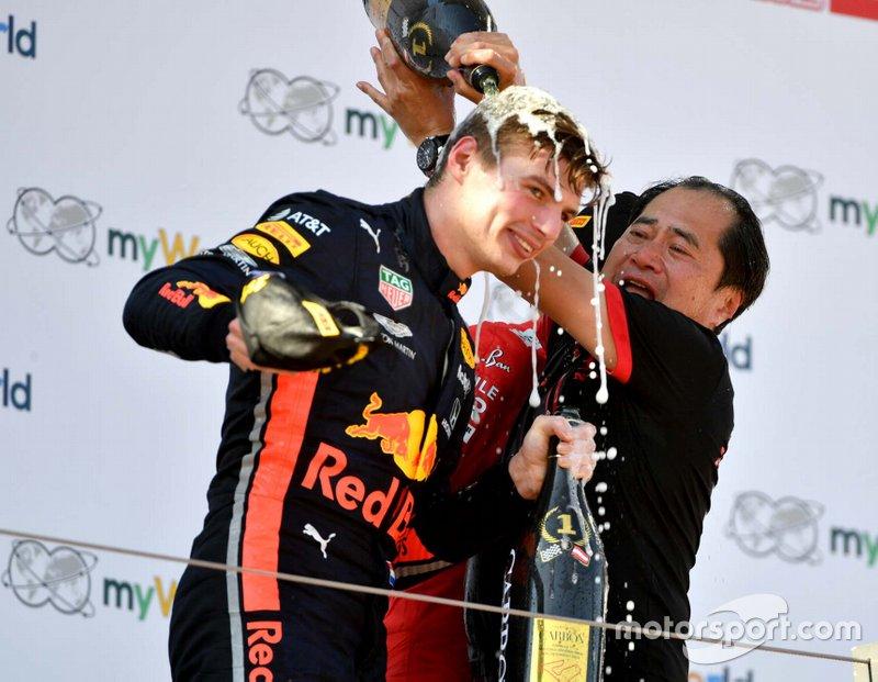 Podio: ganador de la carrera Max Verstappen, Red Bull Racing con Toyoharu Tanabe Director Honda F1