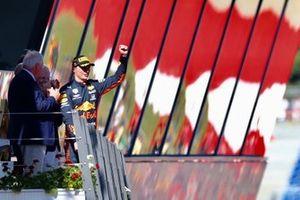 Le vainqueur Max Verstappen, Red Bull Racing, arrivant sur le podium