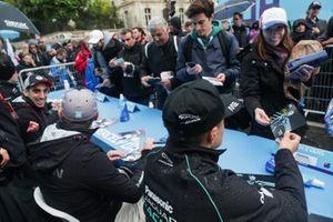 Sébastien Buemi, Nissan e.Dams, Oliver Rowland, Nissan e.Dams, Mitch Evans, Panasonic Jaguar Racing, signs autographs