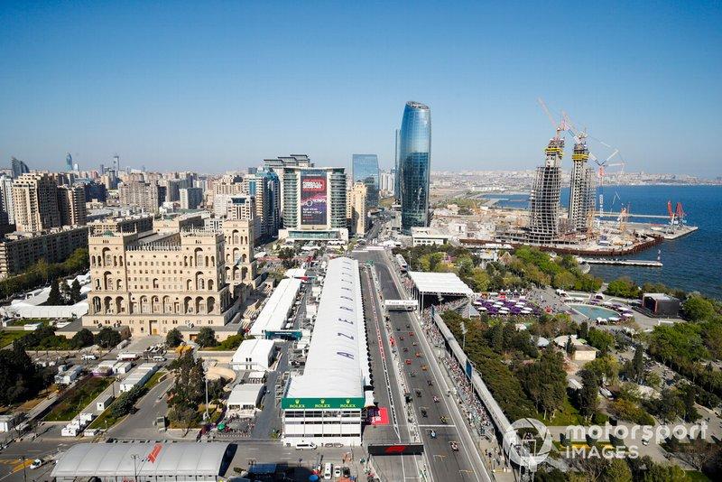 Valtteri Bottas, Mercedes AMG W10 lidera el pelotón en la salida de la carrera