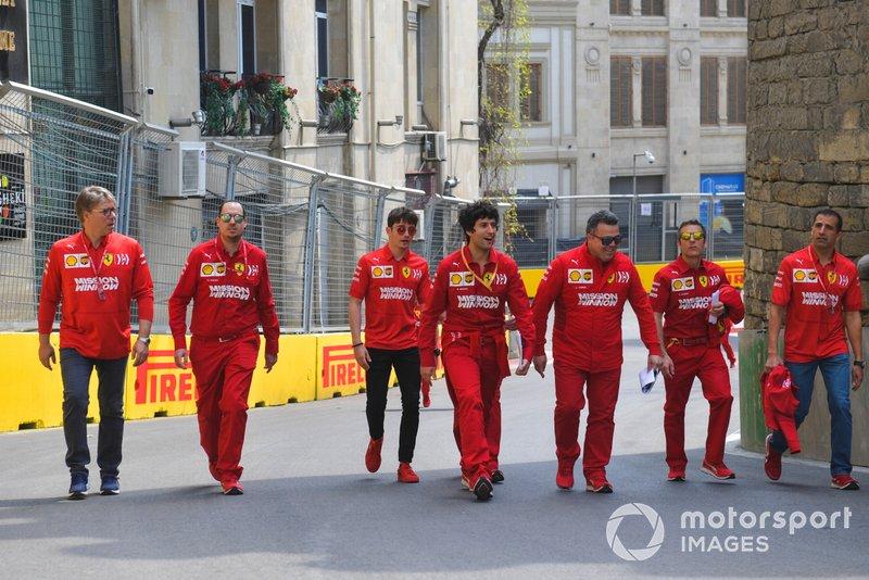 Charles Leclerc, Ferrari, recorre la pista con sus ingenieros