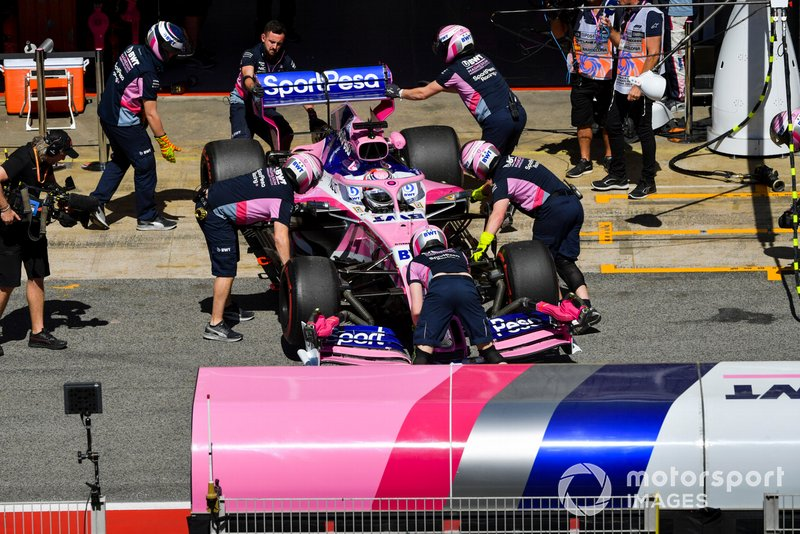 Sergio Perez, Racing Point RP19, est ramené au garage