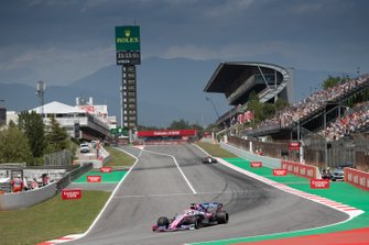 Серхио Перес, Racing Point F1 Team RP19, и Кими Райкконен, Alfa Romeo Racing C38