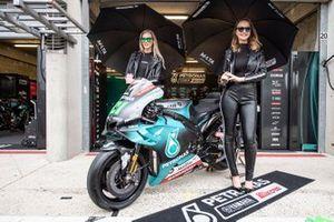 La moto du team Petronas Yamaha SRT avec de charmantes jeunes femmes
