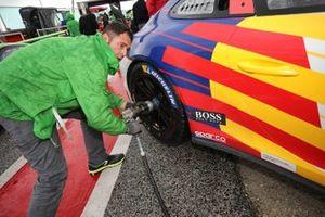 Un meccanico al lavoro sulla Porsche di Diego Bertonelli, Dinamic Motorsport, in pit lane