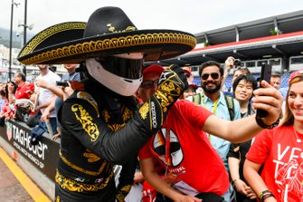 Mario Achi, Mexican GP Promoter taks a selfie with a fan