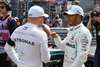 Valtteri Bottas, Mercedes AMG F1, habla con el hombre de la pole Lewis Hamilton, Mercedes AMG F1, después de la clasificación