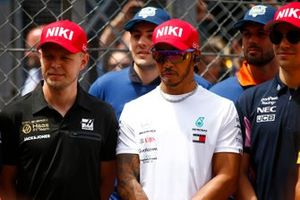 The drivers wearing their Niki Lauda tribute hat