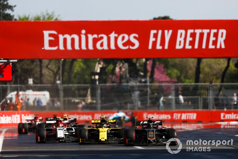 Kevin Magnussen, Haas F1 Team VF-19, devant Nico Hulkenberg, Renault R.S. 19, et Antonio Giovinazzi, Alfa Romeo Racing C38