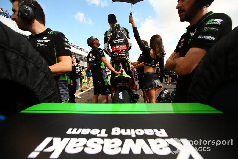 Jonathan Rea, Kawasaki Racing, guarda da dietro la griglia